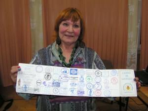 Alicja Mojko prezentuje tzw. paszport pielgrzyma