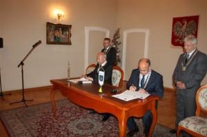 Moment podpisania porozumienia owspółpracy - fot.UM Gorlice