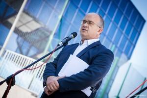 Burmistrz Witold Kochan podczas otwarcia skateparku wGorlicach