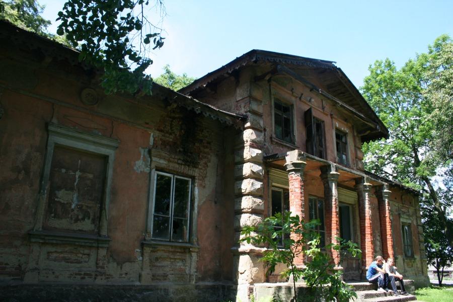 Popadający wruinę dwór wGórze (woj.mazowieckie) - fot.Anna Skrzeczkowska 2012