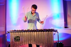 Szymon Bora podczas gry nawibrafonie