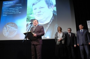 Jan Hyra odbiera nagrodę - fot.Portal WM