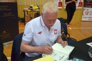 Władysław Kozakiewicz podpisuje wGorlicach swoją książkę