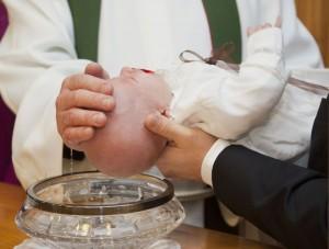 ksiadz chrzest dziecko