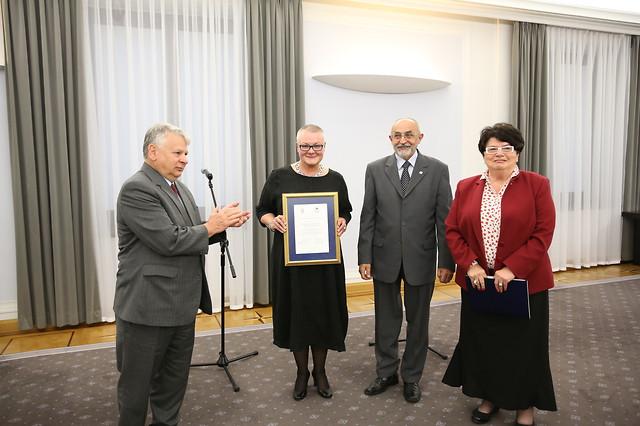 Magdalena Miller iKasper Świerzowski odbierają nagrodę wSenacie RP
