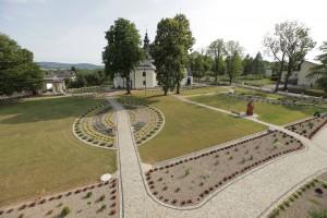 Budynek WTZ (poprawej) zkompleksem parkowym wokół zabytkowego kościoła wLipinkach
